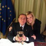 Berlusconi e Biancofiore: un cane di razza carlino è la nuova mascotte del Pdl