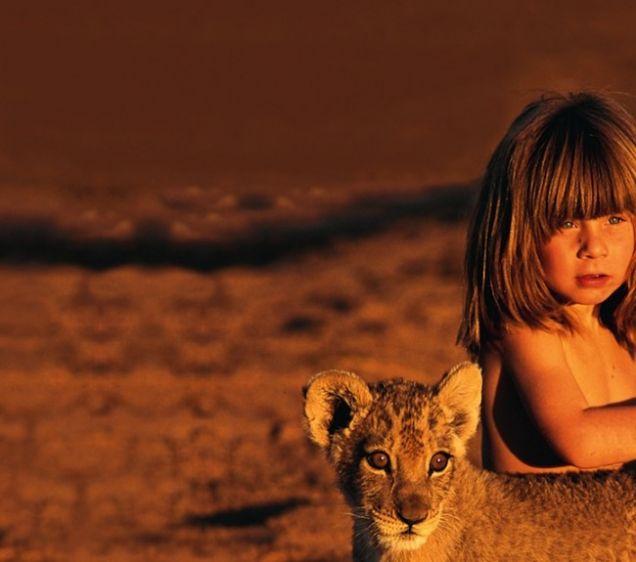 Tippi Degré accarezza un cucciolo di leone